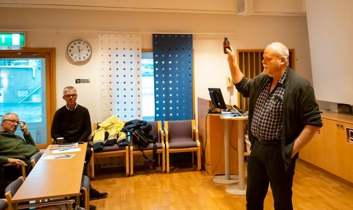 Agne Andersson kommunekolog rån Osby berättar om brunifiering. Till vänster syns Ola Truedsson kustråd Baskemölla och Thomas Johnsson SfH