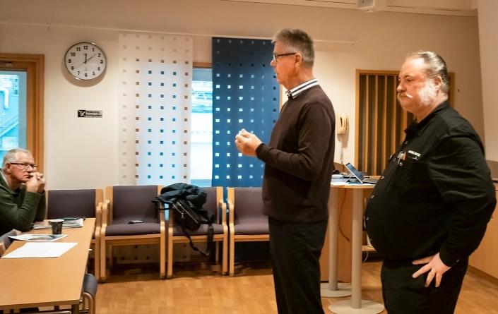 Thomas och Dafvid avslutar mötet och hälsar samtidigt alla välkomna till stormötet på Kiviks Bio den 25 januari 2020. I hörnet skymtar Baskemöllas kustråd Ola Truedsson