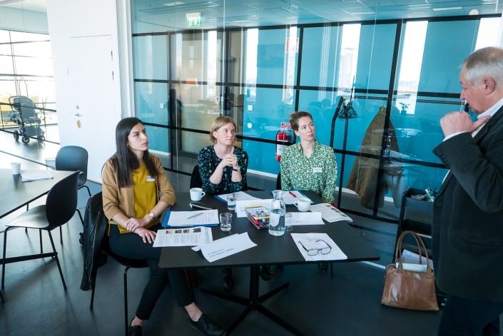 Juryn för läkemedel lyssnar på Kristoffer Klim. Från vänster Dr.Marisa Punzi, Dr. Kerstin Hoyer och Therese Eklund.