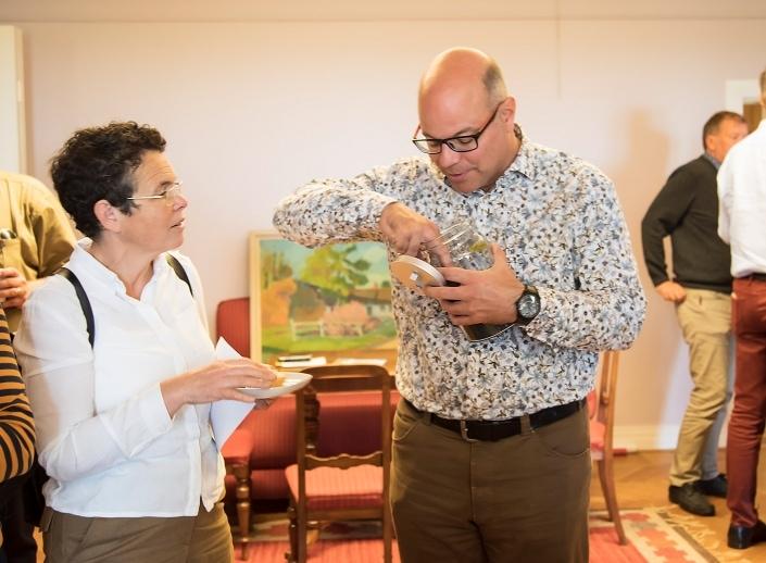 Erica Toft Marint Centrum och Peter Strunk Malmberget undersöker Skånefrös biokol under kaffepausen;